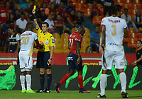 MEDELLÍN -COLOMBIA-23-04-2017: Andres Rojas, árbitro, muestra la tarjeta amarilla a Avimeled Rivas (Izq) del Tolima durante el encuentro entre Independiente Medellín y Deportes Tolima por la fecha 14 de la Liga Águila I 2017 jugado en el estadio Atanasio Girardot de la ciudad de Medellín. / Andres Rojas, refereee, shows the yellow card to Avimeled Rivas (L) player of Tolima during match between Independiente Medellin and Deportes Tolima for date 14 of the Aguila League I 2017 at Atanasio Girardot stadium in Medellin city. Photo: VizzorImage/ León Monsalve / Cont