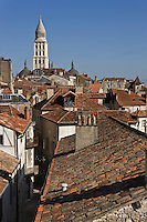 Europe/France/Aquitaine/24/Dordogne/Périgueux: Vue sur les toits de la vieille ville et a cathédrale Saint-Front, et ses coupoles- étape sur le chemin de Compostelle, site classé Patrimoine Mondial de l'UNESCO- Vue prise depuis la tour Mataguerre