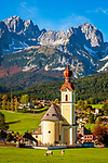 Oesterreich, Tirol, Going vor Wildem Kaiser mit Dorfkirche zum heiligen Kreuz | Austria, Tyrol, Going with village church and Wilder Kaiser mountains