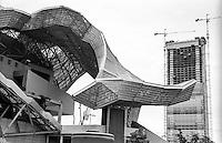 Milano, quartiere CityLife. Particolare della struttura della fiera Fieramilanocity e, sullo sfondo, la Torre Isozaki in costruzione --- Milan, CityLife district. The Fieramilanocity fair and, on the background, the Isozaki Tower under construction
