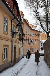 Tschechien, Boehmen, Prag: verschneite Gasse auf dem Hradschin | Czech Republic, Bohemia, Prague: Winter street scene in the Hradcany district