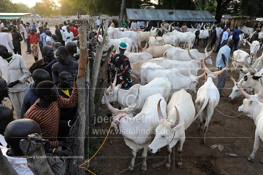 SOUTH SUDAN  Bahr al Ghazal region , Lakes State, town Rumbek, cattle market and auction /  SUED-SUDAN  Bahr el Ghazal region , Lakes State, Rumbek , Viehmarkt, Auktion und Handel mit Zeburindern