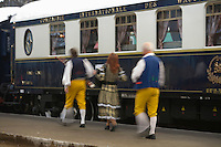 Europe/République Tchèque/Prague:A la gare de Prague - Musiciens d'un groupe folklorique et  l'Orient-Express Train de Luxe qui assure la liaison Calais,Paris , Prague,Venise [Non destiné à un usage publicitaire - Not intended for an advertising use] [Non destiné à un usage publicitaire - Not intended for an advertising use]