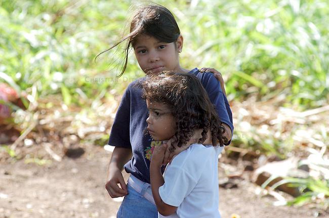 Landbesetzung in Relleno Sanitario de Punta Cabito<br /> In der Gemeinde Relleno Sanitario de Punta Cabito im Bundesstaat Carabobo haben die Bewsohner Land eines Grossgrundbesitzers besetzt um es nach 30 Jahren ohne Nutzung zu bebauen. Nach der bolivarianischen Verfassung ist die Enteignug von Boden moeglich, wenn keine Steuern gezahlt werden und die Laendereien brach liegen.<br /> Hier: Kinder der Landbesetzer.<br /> 12.11.2004, Relleno Sanitario de Punta Cabito / Venezuela<br /> Copyright: Christian-Ditsch.de<br /> [Inhaltsveraendernde Manipulation des Fotos nur nach ausdruecklicher Genehmigung des Fotografen. Vereinbarungen ueber Abtretung von Persoenlichkeitsrechten/Model Release der abgebildeten Person/Personen liegen nicht vor. NO MODEL RELEASE! Nur fuer Redaktionelle Zwecke. Don't publish without copyright Christian-Ditsch.de, Veroeffentlichung nur mit Fotografennennung, sowie gegen Honorar, MwSt. und Beleg. Konto: I N G - D i B a, IBAN DE58500105175400192269, BIC INGDDEFFXXX, Kontakt: post@christian-ditsch.de<br /> Bei der Bearbeitung der Dateiinformationen darf die Urheberkennzeichnung in den EXIF- und  IPTC-Daten nicht entfernt werden, diese sind in digitalen Medien nach §95c UrhG rechtlich geschuetzt. Der Urhebervermerk wird gemaess §13 UrhG verlangt.]