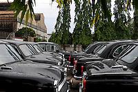 INDIA Kolkata Calcutta , HM Hind Motors car factory, here the Ambassador is still produced after license of Oxford Morris, new black painted cars for the government and army / INDIEN Kolkata Kalkutta , Fabrik HM Hind Motors, Herstellung von Ambassador , der HM Ambassador laeuft heute noch neu nach Vorlage des Oxford Morris bei HM Hindustan Motors vom Band