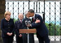 Besuch des Präsidenten der vereinigten Staaten von Amerika (USA) Barack Obama vom 4. bis 5. Juni 2009 in der Bundesrepublik Deutschland - Visite in der Mahn- und Gedenkstätte Buchenwald auf dem Ettersberg bei Weimar (Freitag der 5.6.2009) - im Bild:  Elie Wiesel (vorn, Buchenwald Überlebender) wird vom Präsidenten Barack Obama umarmt nach seinen Worten. links: Kanzlerin Angela Merkel und Bertrand Herz (Überlebender). Foto: Norman Rembarz..