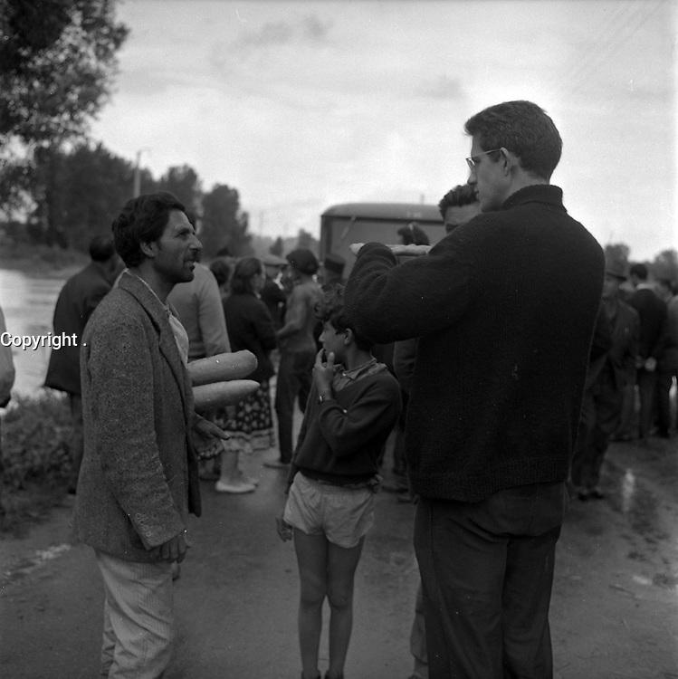 Camp de Ginestous, chemin de Ginestous. 14 septembre 1963. Vue d'ensemble habitants du camp de gitans ;