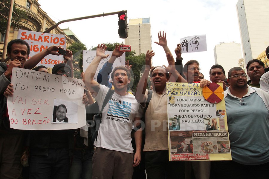 RIO DE JANEIRO, RJ, 15 AGOSTO 2013 - MANIFESTANTES FECHAM A AV RIO BRANCO RJ - Manifestantes que protestam contra a CPI dos ônibus fecham a av Rio Branco com rua Araújo Porto Alegre e a rua Evaristo da Veiga em frente a câmara dos vereadores na Cinelândia Rio de Janeiro nessa quinta, 15. (FOTO: LEVY RIBEIRO / BRAZIL PHOTO PRESS)