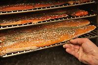 Amérique/Amérique du Nord/Canada/Québec/ env de Québec/ Wendake:  Martin Gagné. chef du Restaurant la Traite à l' Hôtel-Musée des Premières Nations  fume à froid son saumon, noter l'utilisation de la glace pour ralentir le foyer
