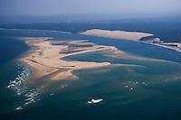 Europe/France/Aquitaine/33/Gironde/Bassin d'Arcachon: Le Banc d'Arguin - réserve naturelle et parc à Huitres - vue aérienne - à l'arrière plan, la Dune du Pyla
