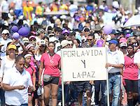 """BARRANQUILLA - COLOMBIA, 08-03-2015: Miles de Colombianos se congregaron para participar en """"La Marcha por La Vida"""" convocada por el profesor Antanas Mockus./ Thousands of Colombian people gathered to participate in the """"March for Life"""" organized by Antanas Mockus teaacher. Photo: VizzorImage/Alfonso Cervantes/STR"""