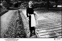 Prod DB © Filmsonor / DR<br /> LE JOURNAL D'UNE FEMME DE CHAMBRE (LE JOURNAL D'UNE FEMME DE CHAMBRE) de Luis Bunuel 1964 FRA/ITA<br /> avec Jeanne Moreau<br /> servante, jardin<br /> d'apres le roman de Octave Mirbeau