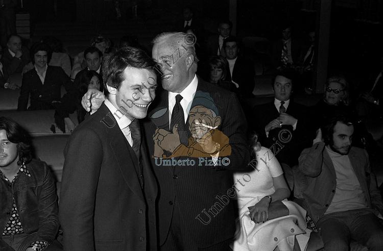 VITTORIO DE SICA CON MASSIMO RANIERI<br /> SERATA TEATRO CARLINO PER PREMIAZIONE VITTORIO DE SICA ROMA 1970
