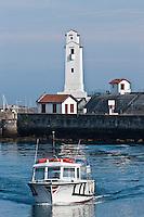 Europe/France/Aquitaine/64/Pyrénées-Atlantiques/Pays-Basque/Saint-Jean-de-Luz: Le phare du port à l'entrée du port de Saint-Jean-de-Luz et Ciboure ,classé monument historique, construit par André Pavlovsky