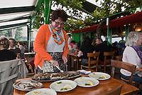 Europe/France/Aquitaine/33/Gironde/Bassin d'Arcachon/Le Cap Ferret: Bernardette Lescarret  découpe le  bar - rrestaurant: Chez Hortense, à la Pointe [Non destiné à un usage publicitaire - Not intended for an advertising use]