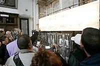 Turisti osservano la riproduzione della Sacra Sindone su dei pannelli all'interno del Duomo di Torino.<br /> Tourists look at panels reproducing the Holy Shroud in the Cathedral of Turin.<br /> UPDATE IMAGES PRESS/Riccardo De Luca