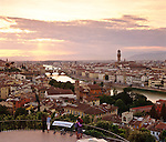 Italy, Tuscany, Florence: view from Piazza Michelangelo over city and Ponte Vecchio at sunset | Italien, Toskana, Florenz: Stadtansicht von der Piazza Michelangelo ueber den Arno und die Ponte Vecchio zum Sonnenuntergang