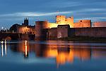 Ireland, County Limerick, King John's Castle at Shannon River at dusk | Irland, County Limerick, King John's Castle am Shannon River am Abend