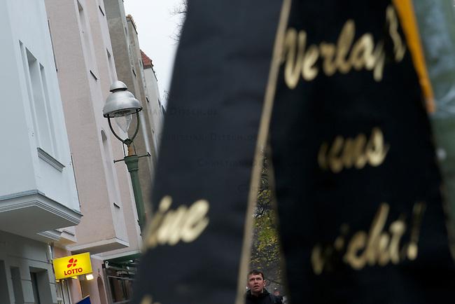 Aus Protest gegen den Abriss von alten Gaslaternen versammelten sich am Samstag den 17. November 2012 ca 120 Menschen zu einer Menschenkette um das Amtsgericht in Berlin-Charlottenburg.<br /> 17.11.2012, Berlin<br /> Copyright: Christian-Ditsch.de<br /> [Inhaltsveraendernde Manipulation des Fotos nur nach ausdruecklicher Genehmigung des Fotografen. Vereinbarungen ueber Abtretung von Persoenlichkeitsrechten/Model Release der abgebildeten Person/Personen liegen nicht vor. NO MODEL RELEASE! Nur fuer Redaktionelle Zwecke. Don't publish without copyright Christian-Ditsch.de, Veroeffentlichung nur mit Fotografennennung, sowie gegen Honorar, MwSt. und Beleg. Konto: I N G - D i B a, IBAN DE58500105175400192269, BIC INGDDEFFXXX, Kontakt: post@christian-ditsch.de<br /> Bei der Bearbeitung der Dateiinformationen darf die Urheberkennzeichnung in den EXIF- und  IPTC-Daten nicht entfernt werden, diese sind in digitalen Medien nach §95c UrhG rechtlich geschuetzt. Der Urhebervermerk wird gemaess §13 UrhG verlangt.]