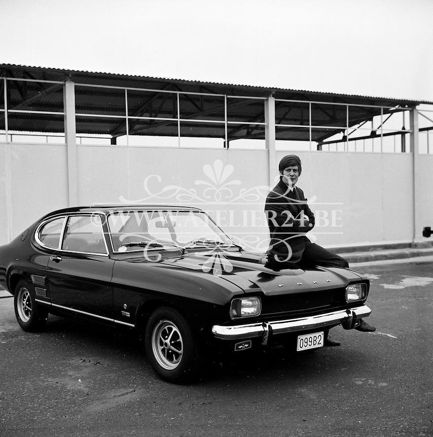 December 1969. Zanger Louis Neefs met een Ford.