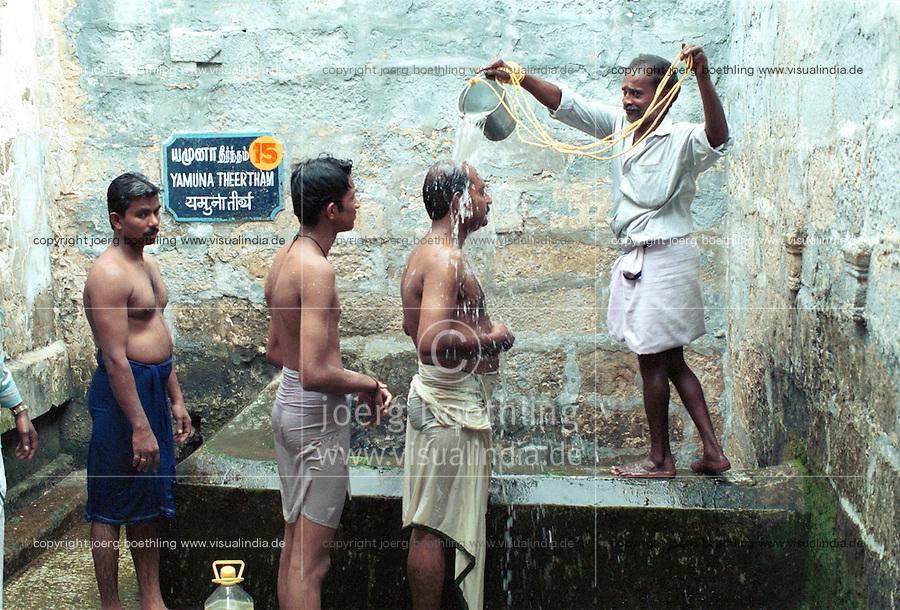 INDIA Tamil Nadu, Rameswaram, pilgrim take a holy shower in bucket water of 22 holy wells in the Ramanathaswamy temple / INDIEN Tamil Nadu, Rameswaram, Pilger empfangen Eimerdusche aus einem der 22 heiligen Brunnen im Ramanathaswamy Tempel