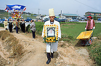 Korea. South Korea. Gimje area. Wonpyong. Funeral ceremony for an old man who died a few days ago. Traditional korean burial and burial service. People shed tears. Men carry the  decorated coffin to the burial place and mourn. © 2002 Didier Ruef