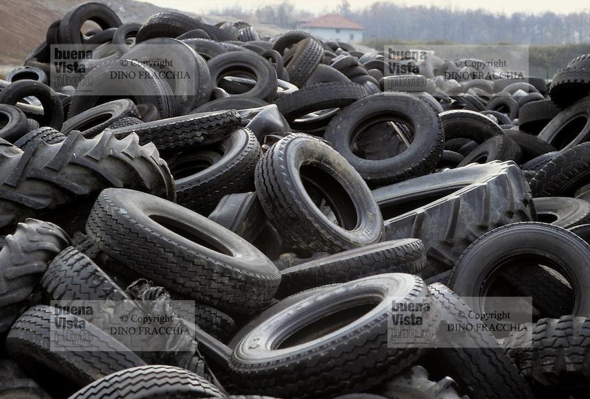 - tires rubbish dump ....- discarica di pneumatici........