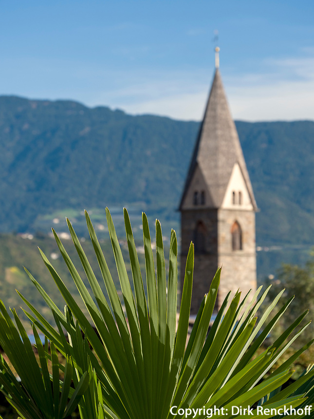 Kirche im Dorf Algund bei Meran, Region Südtirol-Bolzano, Italien, Europa<br /> church,  Lagundo village near Merano, Region South Tyrol-Bolzano, Italy, Europe