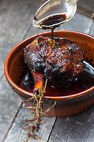 France, Aude (11), Villeneuve-Minervois :  Souris d'agneau confite au miel et au romarin, recette de La table du Pareur  //France, Aude, Villeneuve Minervois Confit lamb shank with honey and rosemary, recipe La table du Pareur