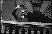 Toulouse. 7 Mai 1971. Vue de Georges Pompidou sur un balcon qui salue la foule.