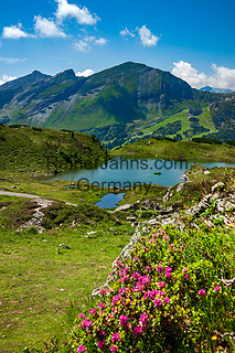 Oesterreich, Salzburger Land, Pongau, Bergsee oberhalb von Obertauern, bekannter Wintersportort in den Radstaedter Tauern, im Sommer auch bei Wanderern beliebt | Austria, Salzburger Land, region Pongau, Obertauern: famous wintersport region within the Radstaedter Tauern, also popular with hikers in summer - mountain lake