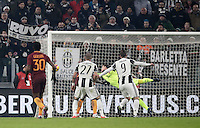 Goal Gonzalo Higuain Calcio, Serie A: Juventus vs Roma. Torino, Juventus Stadium,17 dicembre 2016. <br /> Juventus' Gonzalo Higuain right, kicks to score the winning goal during the Italian Serie A football match between Juventus and Roma at Turin's Juventus Stadium, 17 December 2016.<br /> UPDATE IMAGES PRESS/Isabella Bonotto