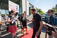 """Snowden-Aktion vor dem NSA-Untersuchungsausschuss.<br />Mitglieder der Piratenpartei hiessen am Donnerstag den 22. Mai 2014 den Whistleblower Edward Snowden vor Beginn der Sitzung des NSA-Untersuchungsausschuss symbolisch willkommen. Mit der Aktion unter dem Motto """"Snowden nach Berlin - fuer einen sicheren Aufenthalt von Edward Snowden in  Deutschland"""" warb die Piratenpartei dafuer, dass Edward Snowden zum Untersuchungsausschuss nach Berlin eingeladen wird. """"Um die Aufarbeitung des Ueberwachungsskandals nicht vollstaendig zur Farce werden zu lassen, halten wir es fuer unabdingbar, Edward Snowden als Zeugen nach Berlin zu laden"""", so die Piraten.<br />Im Bild: Die Piraten Anke Domscheid-Berg und ihr Mann Daniel Domscheid-Berg fuehren symbolisch Edward Snowden aus dem Auto auf den Roten Teppich.<br />22.5.2014, Berlin<br />Copyright: Christian-Ditsch.de<br />[Inhaltsveraendernde Manipulation des Fotos nur nach ausdruecklicher Genehmigung des Fotografen. Vereinbarungen ueber Abtretung von Persoenlichkeitsrechten/Model Release der abgebildeten Person/Personen liegen nicht vor. NO MODEL RELEASE! Don't publish without copyright Christian-Ditsch.de, Veroeffentlichung nur mit Fotografennennung, sowie gegen Honorar, MwSt. und Beleg. Konto: I N G - D i B a, IBAN DE58500105175400192269, BIC INGDDEFFXXX, Kontakt: post@christian-ditsch.de]"""