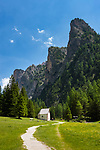 Italy, South Tyrol (Trentino - Alto Adige), Dolomites, near Selva di Val Gardena: Valley Langental (Vallunga) in Puez-Geisler Nature Park, a popular hiking area in summer, chapel Silvestro at valley entrance with Chedul mountains to the right   Italien, Suedtirol (Trentino - Alto Adige), Dolomiten, bei Wolkenstein in Groeden: das Langental (Vallunga) im Naturpark Puez-Geisler, ein Wanderparadies im Sommer, die Sylvesterkapelle am Taleingang, rechts die Chedul-Berge