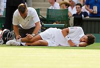 24-06-10, Tennis, England, Wimbledon, Robin Haase  wordt behandeld aan zijn onderbeen