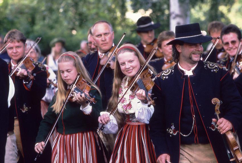 SWE, Schweden, Darlana, Leksand, Mittsommerfest, Musiker, Geiger, Dalarna und der Siljansee im Zentrum Mittelschwedens gehoeren zu den schoensten und traditionsreichsten Gegenden dieser Region. Dalarna zeichnet sich besonders durch seine Folklore, Musik, die Trachten und die Mittsommerfeiern aus. Die Aufnahme zeigt Bewohner des Ortes Leksand in typisch historischen Trachten dieser Region anlaesslich der zu jedem Jahr stattfindenen Mittsommerfeiern in dieser Region. Hier in Dalarna wird urschwedisches Brauchtum noch gepflegt - die Midsommar-Feiern sind hier Tradionsbewusster als anderswo.<br /> [Fuer die Nutzung gelten die jeweils gueltigen Allgemeinen Liefer-und Geschaeftsbedingungen. Nutzung nur gegen Verwendungsmeldung und Nachweis. Download der AGB unter http://www.image-box.com oder werden auf Anfrage zugesendet. Freigabe ist vorher erforderlich. Jede Nutzung des Fotos ist honorarpflichtig gemaess derzeit gueltiger MFM Liste - Kontakt, Uwe Schmid-Fotografie, Duisburg, Tel. (+49).2065.677997, fotofinder@image-box.com, www.image-box.com]