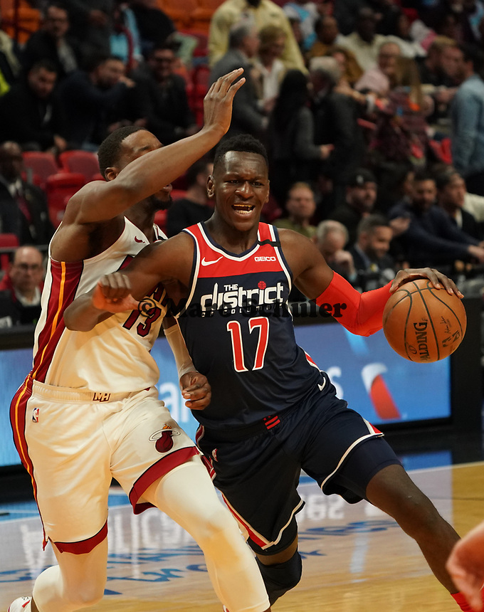 Isaac Bonga (G/F, Washington Wizards, #17) gegen Bam Adebayo (C/F Miami Heat, #13) - 22.01.2020: Miami Heat vs. Washington Wizards, American Airlines Arena