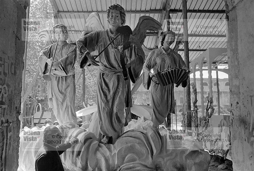 - provincia di Caserta, laboratorio artigiano per la produzione di sculture in cartapesta e gesso destinate alle feste tradizionali, popolari e religiose (Marzo 1987)<br /> <br /> - province of Caserta, artisan workshop for the production of papier-maché and plaster scultures for traditional, popular and religious festivities
