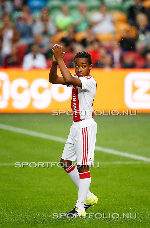 Nederland, Amsterdam, 15 augustus 2015<br /> Eredivisie<br /> Seizoen 2015-2016<br /> Ajax-Willem ll<br /> Silvano Vos uit de Ajax E1 houdt, voor aanvang van de wedstrijd, de bal 3.178 keer hoog en bedankt het publiek