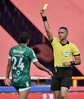 CALI - COLOMBIA, 04-04-2021: Carlos Ortega, árbitro, muestra la tarjeta amarilla a Juan Alejandro Maecha de Equidad durante partido por la fecha 17 como parte de la Liga BetPlay DIMAYOR I 2021 entre América de Cali y La Equidad jugado en el estadio Pascual Guerrero de la ciudad de Cali. / Carlos Ortega, referee, shows the yellow card to Juan Alejandro Maecha of Equidad during the match between America de Cali and La Equidad for the date 17 as part of Liga BetPlay DIMAYOR I 2021 played at Pascual Guerrero stadium in Cali city. Photo: VizzorImage / Gabriel Aponte / Staff