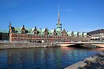 Denmark, Zealand, Copenhagen: View along Bœrsen canal to the Old Borsen (stock exchange) | Daenemark, Insel Seeland, Kopenhagen: Alte Boerse, heute als Geschaeftshaus genutzt
