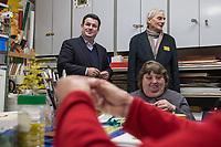 """Bundesarbeitsminister Hubertus Heil (SPD) und die Bochumer Reinigungskraft Susanne Holtkotte besuchten am Mittwoch den 20. November 2019 das Mehrgenerationenhaus """"Kreativhaus e.V."""" in Berlin-Mitte.<br /> Sie wollten mit den Rentnerinnen und Rentnern ueber das Thema Grundrente sprechen.<br /> Heil und Holtkotte hatten im Mai fuer einen Tag die Jobs getauscht, um einen Einblick in das Arbeitsleben des jeweils Anderen zu bekommen.<br /> Im Bild: Hubertus Heil (links im Bild) besucht einen Heimwerkerkurs im Mehrgenerationenhaus.<br /> Rechts: Ulrich Krueger, """"Kreativhaus e.V."""".<br /> 20.11.2019, Berlin<br /> Copyright: Christian-Ditsch.de<br /> [Inhaltsveraendernde Manipulation des Fotos nur nach ausdruecklicher Genehmigung des Fotografen. Vereinbarungen ueber Abtretung von Persoenlichkeitsrechten/Model Release der abgebildeten Person/Personen liegen nicht vor. NO MODEL RELEASE! Nur fuer Redaktionelle Zwecke. Don't publish without copyright Christian-Ditsch.de, Veroeffentlichung nur mit Fotografennennung, sowie gegen Honorar, MwSt. und Beleg. Konto: I N G - D i B a, IBAN DE58500105175400192269, BIC INGDDEFFXXX, Kontakt: post@christian-ditsch.de<br /> Bei der Bearbeitung der Dateiinformationen darf die Urheberkennzeichnung in den EXIF- und  IPTC-Daten nicht entfernt werden, diese sind in digitalen Medien nach §95c UrhG rechtlich geschuetzt. Der Urhebervermerk wird gemaess §13 UrhG verlangt.]"""