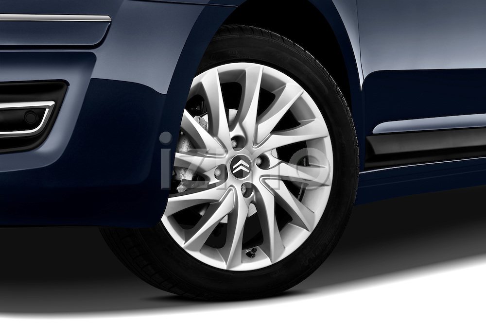 Tire and wheel close up detail view of a 2009 Citroen C4 Executive 5 Door Hatchback