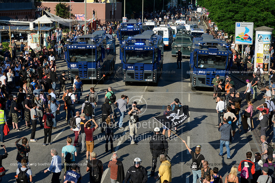 """GERMANY, Hamburg, protest rally """"WELCOME TO HELL"""" against G-20 summit in july 2017, police uses water cannon and teargas against autonomous mummed protester of the so called Black Block / DEUTSCHLAND, Hamburg, Fischmarkt, Demo Welcome to Hell gegen den G20 Gipfel in Hamburg, Polizei setzt Wasserwerfer und Traenengas gegen vermummte Linksextremisten des schwarzen Block ein"""