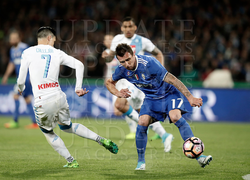 Calcio, Serie A: Napoli, stadio San Paolo, 2 aprile, 2017.<br /> Juventus Mario Mandzukic (r) in action with Napoli's José Maria Callejon (l) during the Italian Serie A football match between Napoli and Juventus at San Paolo stadium, April 2, 2017<br /> UPDATE IMAGES PRESS/Isabella Bonotto