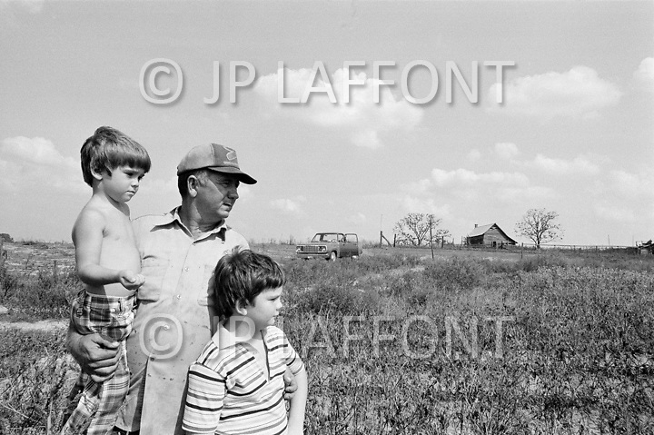 Rochelle, GA. September 1980. <br /> For Sam Clement and his two sons, this is a year without harvest.