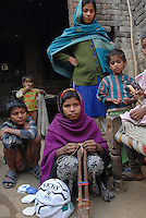 INDIA, Uttar Pradesh, Meerut, village Kurali, children of dalit families stitch football for indian sports company / INDIEN, Uttar Pradesh, Meerut, Kinder von Dalit Familien im Dorf Kurali naehen Fussbaelle fuer einen indischen Sportwarenhersteller