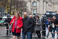 """Sogenannten """"Querdenker"""" sowie verschiedene rechte und rechtsextreme Gruppen hatten fuer den 18. November 2020 zu einer Blockade des Bundestag aufgerufen. Sie wollten damit verhindern, dass es eine Abstimmung ueber das Infektionsschutzgesetz gibt.<br /> Es sollen sich ca. 7.000 Menschen versammelt haben. Sie wurden durch Polizeiabsperrungen daran gehindert zum Reichstagsgebaeude zu gelangen. Sie versammelten sich daraufhin u.a. vor dem Brandenburger Tor.<br /> Im Bild vlnr.: Kathleen Muxel, MdL AfD Brandenburg; der Rechtsextremist Andreas Edwin Kalbitz (aus der AfD ausgeschlossen) und weitere AfD-Mitglieder begeben sich zur Demonstration.<br /> 18.11.2020, Berlin<br /> Copyright: Christian-Ditsch.de"""