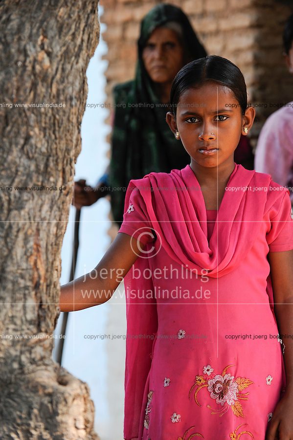 INDIA Uttar Pradesh, low caste and dalit women in villages in Bundelkhand, portrait of young girl / INDIEN Uttar Pradesh, Frauen unterer Kasten und Kastenlose Frauen in Doerfern in Bundelkhand, junges Maedchen