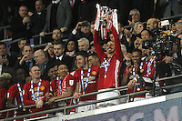 Zlatan Ibrahimovic of Manchester United lifts the EFL Cup after the EFL Cup Final match <br /> Londra Wembley Stadium Southampton vs Manchester United - EFL League Cup Finale - 26/02/2017 <br /> Foto Phcimages/Panoramic/Insidefoto